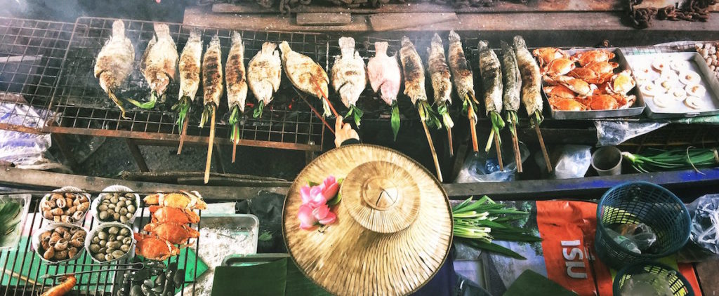 Un marchand de poisson sur son bateau en Asie - alimentation durable