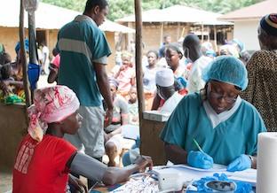 Une femme soigne une enfant en Afrique