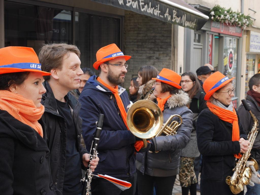 Une fanfare au Festisol à Orléans