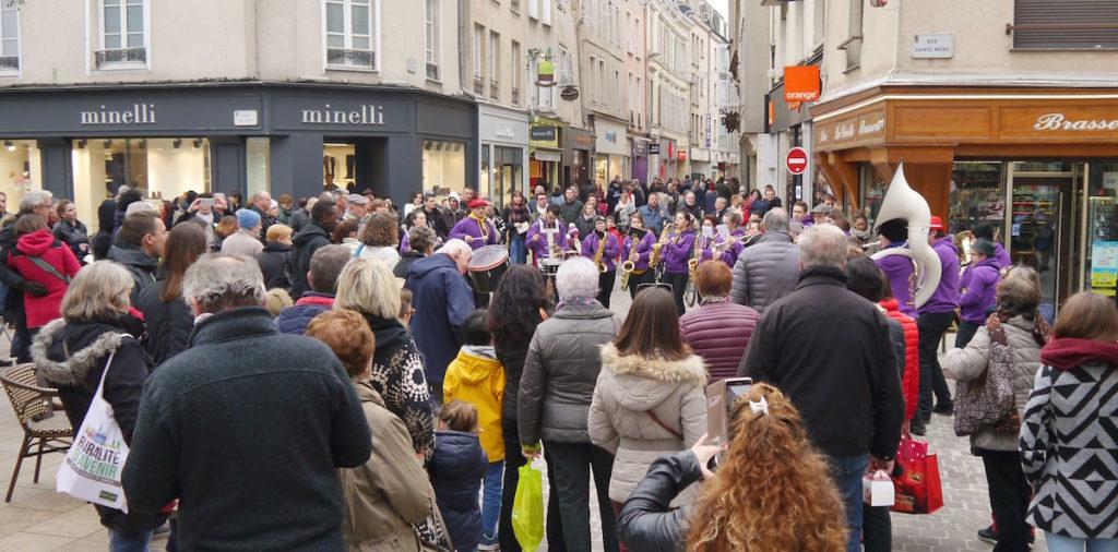 L'orchestre joue de la musique au fil des rues de Chartres